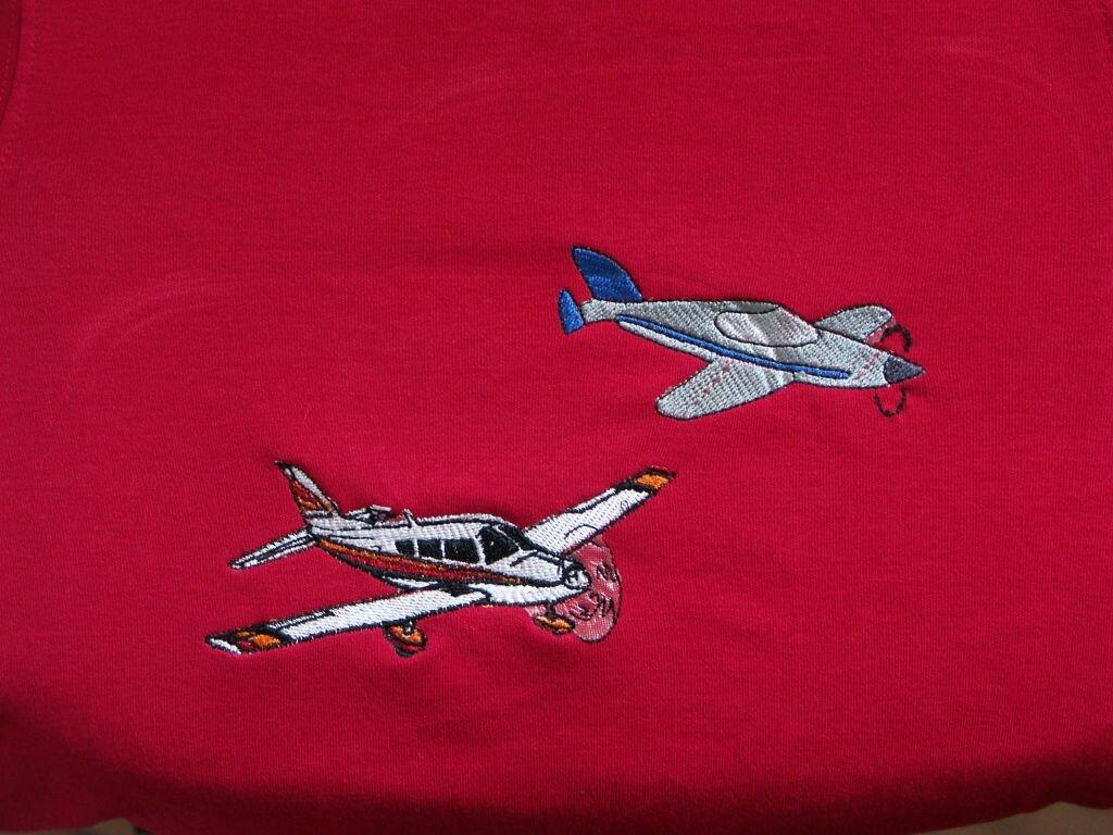2 Flugzeuge auf Langarm-T-Shirt Größe 102, Dateien aus dem Internet, Stickgarn Madeira Rayon, 2 Lagen Stickvlies als Unterlage und 1 Lage dünnes Avalon obenauf.