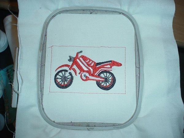Motorrad in Rot Selbst hergestellte Stickdatei.