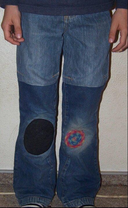 aus 2 mach 1 Material: 1 Hose mit Riss neben der Naht plus 1 Hose mit Löchern in den Knien (beide zu kurz)