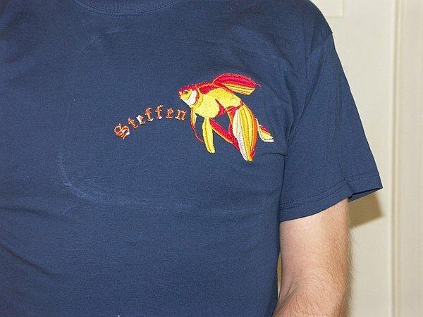 T Shirt Fisch Selbst hergestellte Stickdatei. Unterlage: 2+ Abreissvlies, Garn Madeira und Marathon, Namenszug mit Coats.