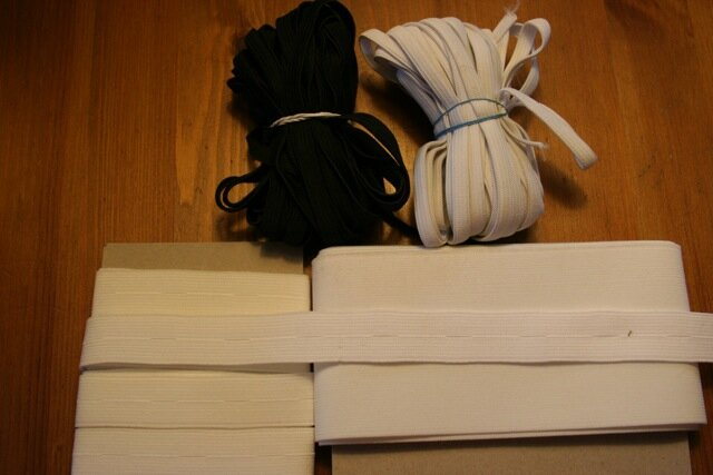 38. Gummiband weiß und schwraz 7mm - 10m (mehrmals vorhanden) 39. Gummiband 8cm breit 40. Knopflochgummi 2cm