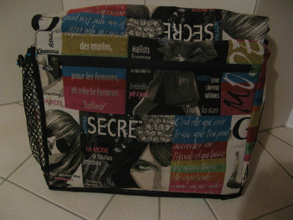 Rückseite mit Fach fürs schnelle einpacken von Heften