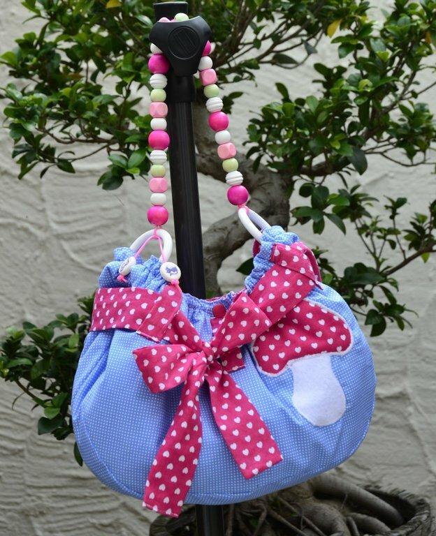 Kleine Kindertasche - meine kleine Enkelin hat sie sich gleich in Besetzt genommen .)