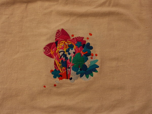 FlowerPower im Stile der 70er. Das Motiv ist nach einer Vorlage neu gestaltet und dem Stickprogramm angepasst worden und ich habe es mit meinem pakistanischen Stickgarnen auf einen Einkaufsbeutel aus Baumwolle gestickt. Unterlage 2 mal Abreissvlies.