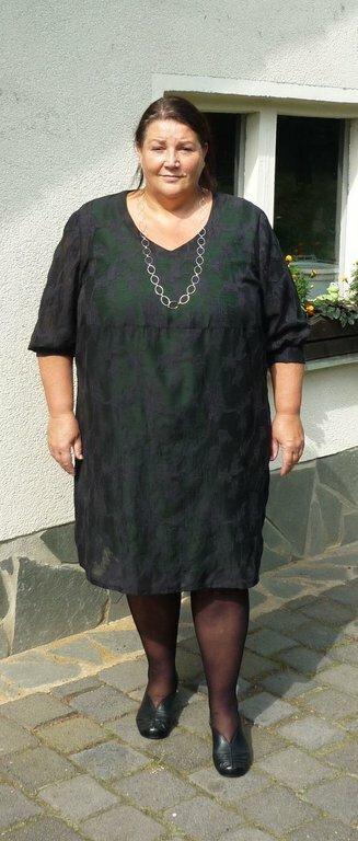 Spitzenkleid mit grünem Unterkleid  Schnitt: Zwischenmass 651001 Stoff: schwarzer grober Spitzenstoff          für Unterkleid leichte Wollmischung in grün          habe noch eins in anthrazit