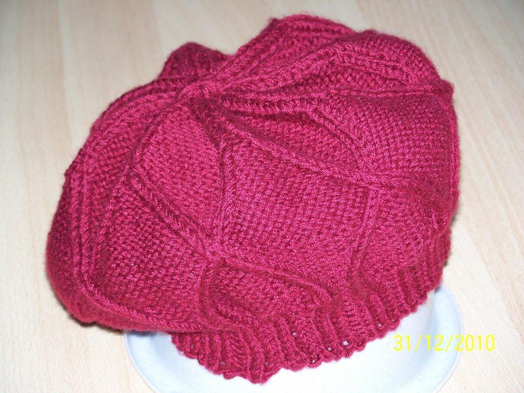 Mütze weinrot, nach der Anleitung für Cabled Ragholi Hat, sieht toll aus, ist aber zu klein