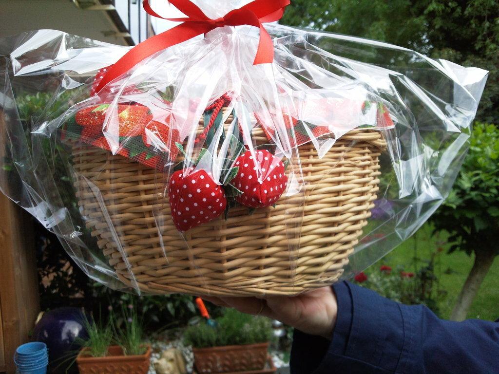 Geschenkkörbchen zum Geburtstag Inhalt: Eine Herztasche in Erdbeeroptik, 1kg Erdbeeren und vorne dran zwei selbstgenähte Erdbeeren.