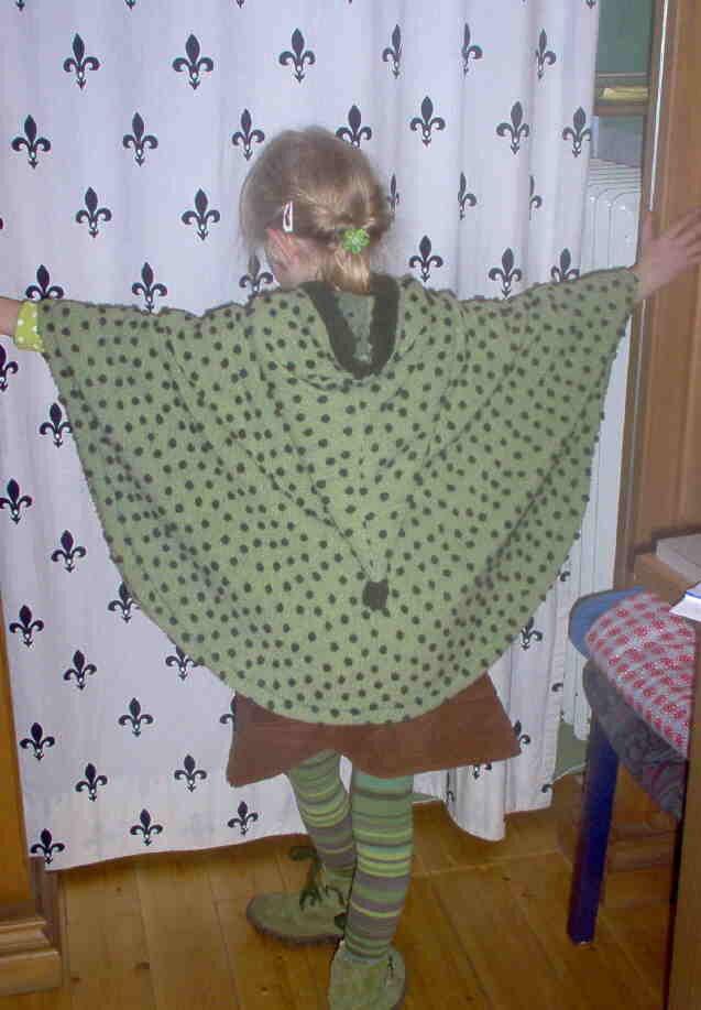 Grüner Poncho von hinten