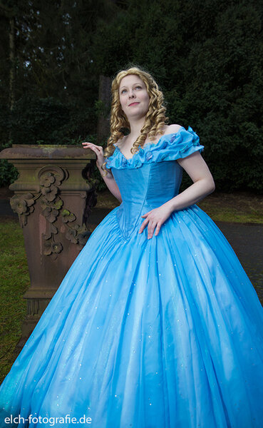 Cinderellas Ballkleid (Realfilm 2015)
