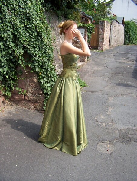 das Kleid von der Seite
