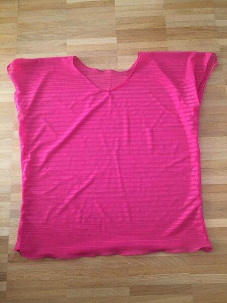Shirt aus selbst gebautem Schnitt - aus günstig geschossenem Restestoff. Leider so durchsichtig, dass da drunter noch etwas muss. Gute Gelegenheit zum Rollsaum üben :-)