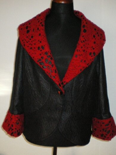 Jacke mit Besatz aus rotem Walknetz aus Wolle