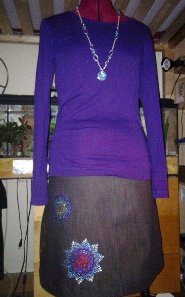 Ein einfacher jeansrock-schnitt mit schablonen und textilcreme
