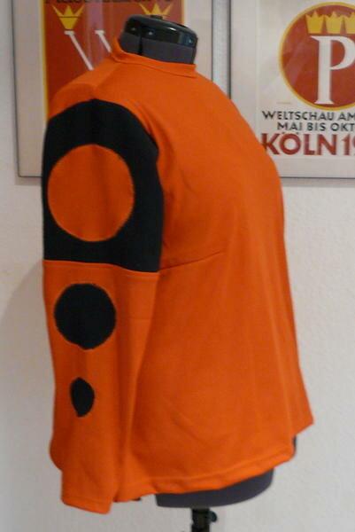 Einfarbige Pullis habe ich jetzt schon soooo oft genäht. :)  Was hier so aussieht wie von Anfang an gewollt, ist eigentlich aus der Not entstanden: Der schöne orange Stoff war einfach zu kurz für ein langärmligen Pullover...