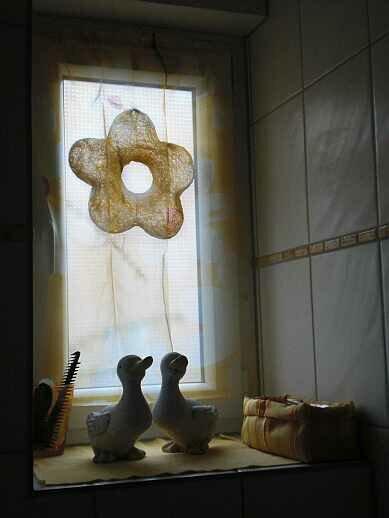 """Hier habe ich für unser Gäste-WC einen kleinen Vorhang und ein Stoffkörbchen aus Stoffen aus Ina's """"Ausverkauf""""-Tauschring genäht.  Ich hoffe man erkennt was, gegen Gegenlicht knipsen ist irgendwie blöd..."""
