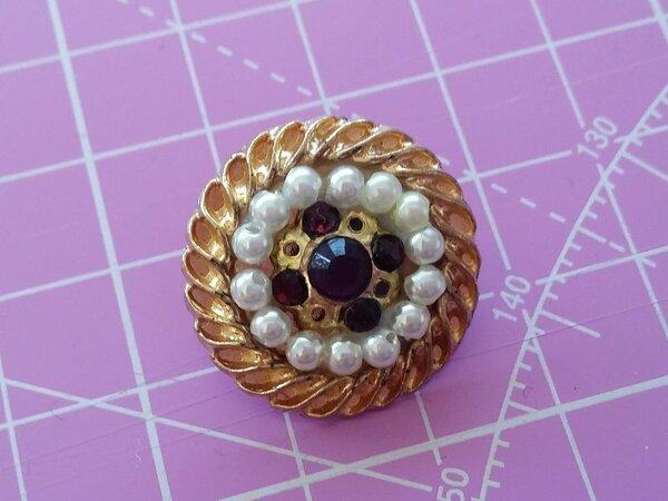 Knopf mit Perlen und braunen Strass-steinen.
