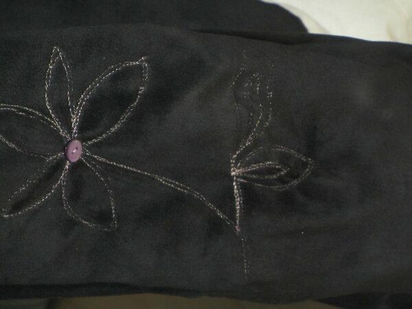 Bequemhose aus schwarzem Nicky mit aufgenähter Blume in rosa und beige