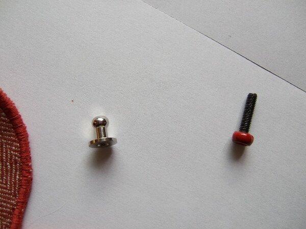 Knopfschraubniete und passende Schraube - Schraubenkopf mit farblich passendem Nagellack bemalt. Die zur Knopfschraubniete gehörende Schraube ist für so viele Lagen meist zu kurz, darum sollte man sich eine passende längere Schraube besorgen.