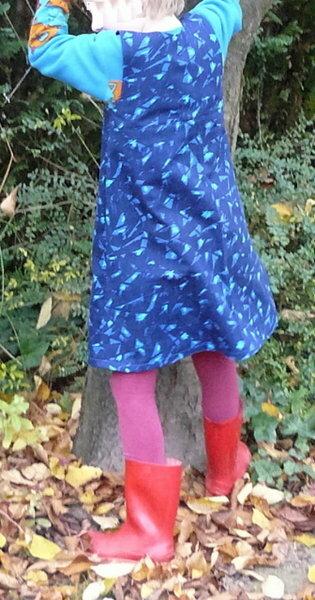So sieht das Trägerkleidchen nun also von hinten aus. Da kommen die schönen Gummistiefel und die lila Strumpfhose so richtig raus! :) Das passiert nun mal, wenn Kind das neue Kleid sofort anziehen möchte .
