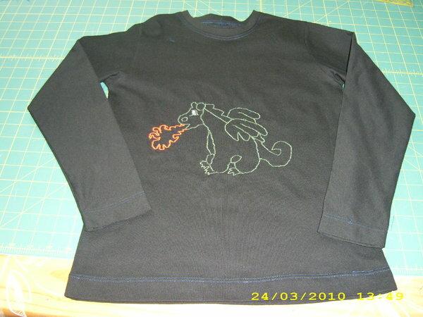 Shirt Drache, Gr.134  Drache ist mit der Nähmaschine Freihand gestickt