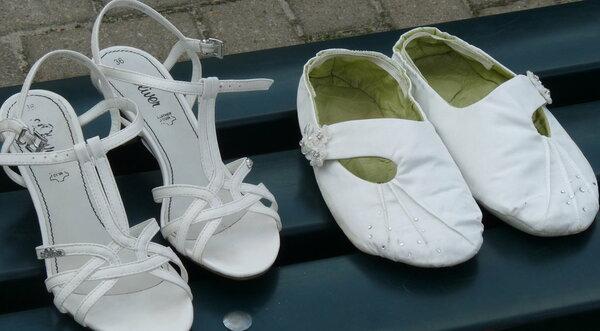 wer mich kennt, weiß, dass ich für 45min tragen kein Geld für Schuhe ausgeben würde - also auch aus dem Kleiderstoff warum nur stehen die Schuhe vom Töchterchen daneben - hat die Dame etwa was von mir geerbt? grins!