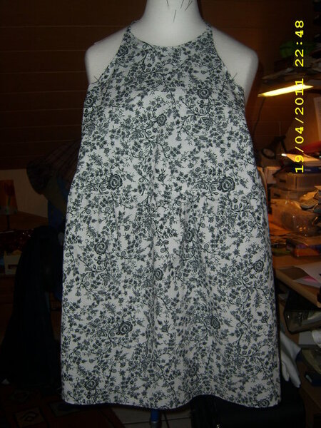 Diesmal wieder ein Kleid nach dem Schnittmuster Yola von FM. Genäht in der Gr. 146/152. Nach wünschen von meiner Tochter ohne Raffung und ohne Rüsche. Trotzdem ist das Kleid noch knielang.