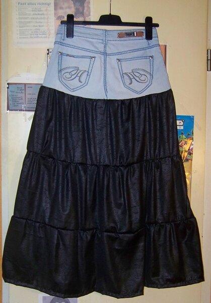 Rückseite Upcycling: alte Jeans wird zu Stufenrock  Material: alte Hose bis ca. Schritt (0,25m) plus ca. 0,8m schwarzen Javanaise Arbeitszeit: ca. 5 Stunden
