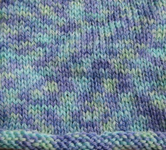 Und hier eine Strickprobe. Die Farben sind schwierig zu fotografieren, aber so ungefähr stimmt es schon (dieses Bild ist genauer als das von der losen Wolle). Eine schöne Mischung von Mint, Türkis und Flieder.