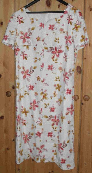 Etui-Kleid  Burda 10/2005, Nr. 119, Gr. 42 Leinen-BW-Stoff mit Venetia-Futter Klasse Ausschnitt. Trägt sich im Sommer super.