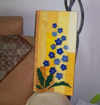 Der Rittersporn blüht blau im Korn