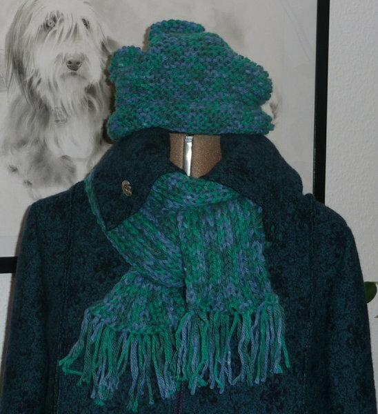 Mütze und Schal  Jaaaaa, ich habe gestrickt! Ziemlich dicke Wolle - 50m/50g.  Ich bin *stolz wie Bolle*, dass es tatsächlich fertig geworden ist.