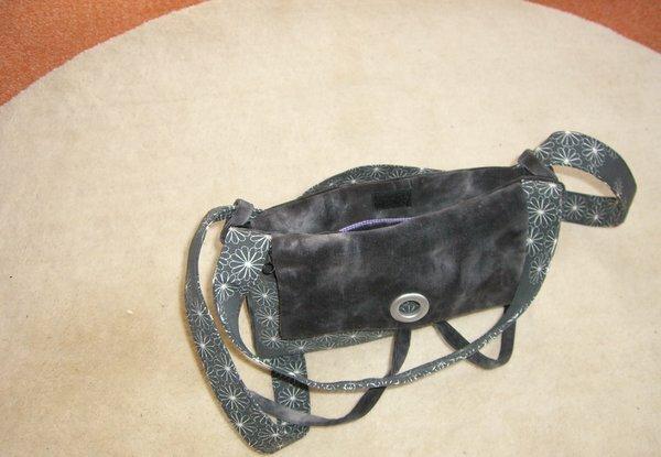 Falttasche von oben (hinten erkennt man das geklettete Fach, welches wegfällt, sobald aus der Handtasche eine Einkaufstasche wird.