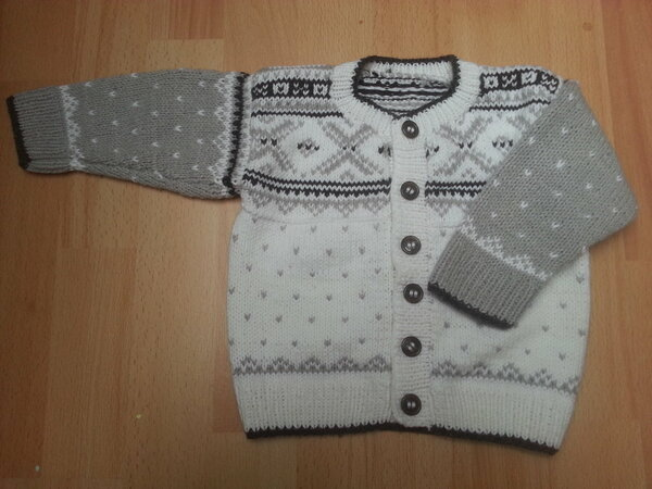 Mini-Norweger Jacke aus dunkelgrauen, hellgrauen und weißen Wollresten verschiedenster Zusammensetzungen; Frei nach einer Drops Vorlage
