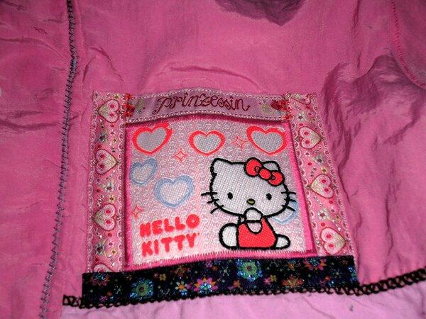 Mit heißgeliebtem Kitty-Patch. War übrigens das erste große Projekt, weclhes ich für die Kinder genäht hab:)