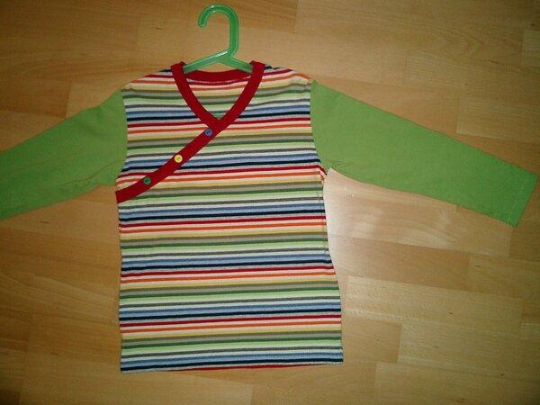 Langarmshirt aus Jersey, überlappend am Vorderteil, mit Knöpfen verziert.