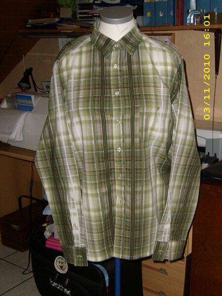 Klassisches Herrenhemd von Burda.  Laut Schnittmuster Gr. 60 . Ich hoffe es passt, soll ein Geburtstagsgeschenk werden.... Im Rücken habe ich noch eine Bewegungsfalte eingenäht.