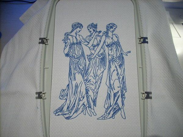 """Die drei """"Damen"""" in uni blau sind fertig. Gestickt auf einem weißen """"Gerstenkorn"""" Geschirrtuch mit Madeira Baumwollstickgarn. Das komplette Stickmuster hat 13119 Stiche total."""