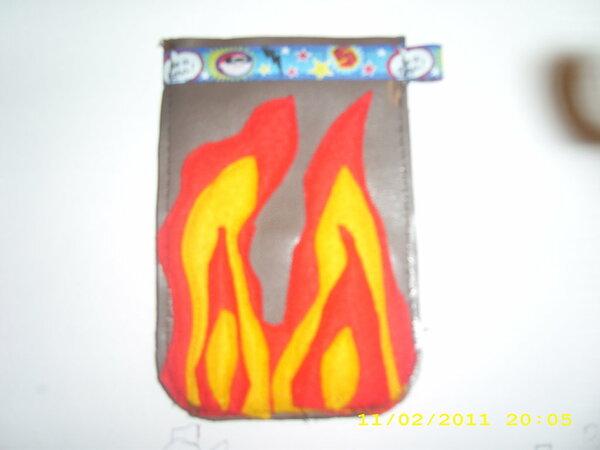 Handytasche aus Kunstleder mit Feuer Applikation auf beiden Seiten. Oben mit Klappmechanismus.