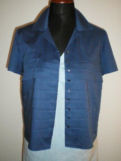 Bluse aus Baumwolle und genähten Falten an den Vorderteilen