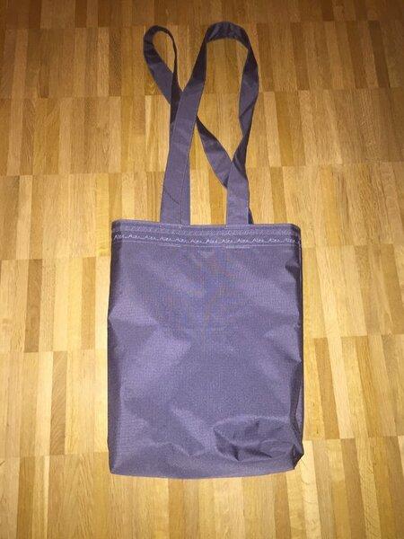 Eine Tasche aus Zeltstoff gefüttert.