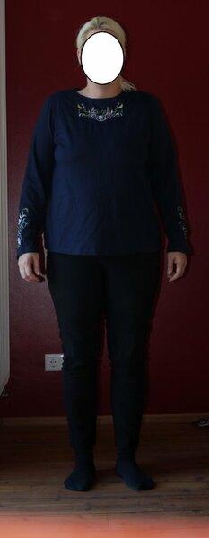 Vorderansicht mit Polster nochmal das 1. Shirt nach dem Ottobre Creativ Set, mit improvisierten Schulterpolstern, linke Schulter dünn, rechte Schulter dicker.