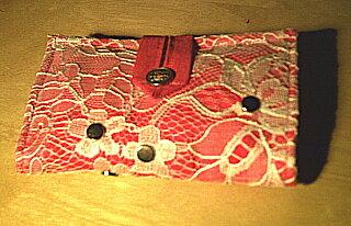 Eins meiner schönsten Tatütas! Bin immer noch ganz stolz darauf, daß ich auf die Idee mit der Gardine über dem normalen rosa Stoff gekommen bin! :)  Für eine andere Freundin habe ich dann nach dem selbem Prinzip noch ein Handy-Täschchen genäht.