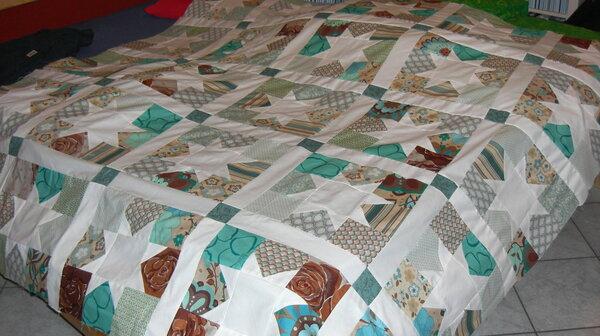 So das Oberteil der Decke ist fertig, ich habe noch keinen schönen Stoff für hinten gefunden. Dann habe ich auch noch nie gequiltet und will das auf alle Fälle mit der Maschine machen. Habe aber auch noch keine Idee für ein Muster.