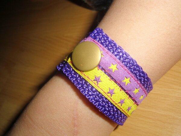 Armband aus Gurt- und Webband für die Kinder. Als Belohnung, dass sie sich so schön beschäftigt haben, als ich mein Täschle fertig genäht hab. Farben selbst ausgesucht