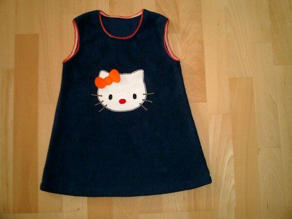 Fleecekleid, Größe 98, dunkelblau mit Hello-Kitty-Applikation. Halsausschnitt und Armlöcher mit orangener Gummiborte.