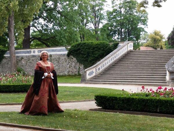 Im Renaissancegarten vom Schloss Krummau. Leider haben sich kurz nach dem Foto Perlen von meinem French Hood verabschiedet.Aber nix, was sich nicht wieder gut machen läßt.