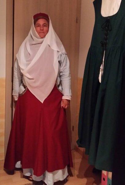 Anprobe. Rechts hängt ein gekauftes Kleid. Nachdem ich 2 andere Frauen mit den gleichen Kleidern auf einem Fest sah, wußte ich, dass ich das ändern will.