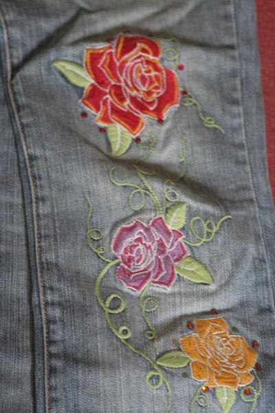 Alte Jeans (komplett) von mir. Evtl. wegen der Blumen interessant dachte ich