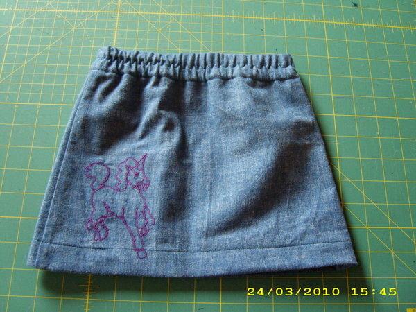 Rock Gr.98 aus einem Rest Jeans, bestickt mit einem Einhorn