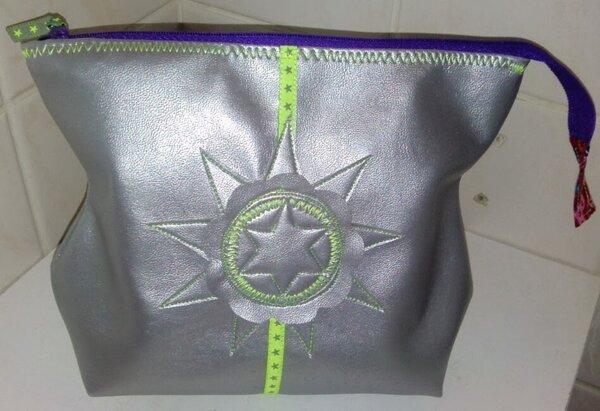 Patience Kulturtasche, Schnitt mal wieder von der Taschenspieler Cd von Farbenmix. Aus Alloway Kunstleder (Swafing), verziert mit dem Blomsteraffär ebook (farbenmix)